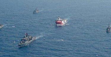 Das türkische Forschungsschiff «Oruc Reis» (M) fährt in Begleitung türkischer Kriegsschiffe über das Mittelmeer. Foto: -/IHA/AP/dpa