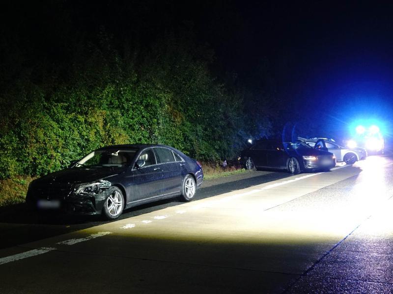 Das Fahrzeug von Ministerpräsident Kretschmann (l-r), ein Begleitfahrzeug sowie ein anderer am Unfall beteiligter Pkw stehen nach dem Unfall am Straßenrand. Kretschmann hat den Verkehrsunfall unverletzt überstanden. Foto: Franziska Hessenauer/Einsatz-Report24/dpa