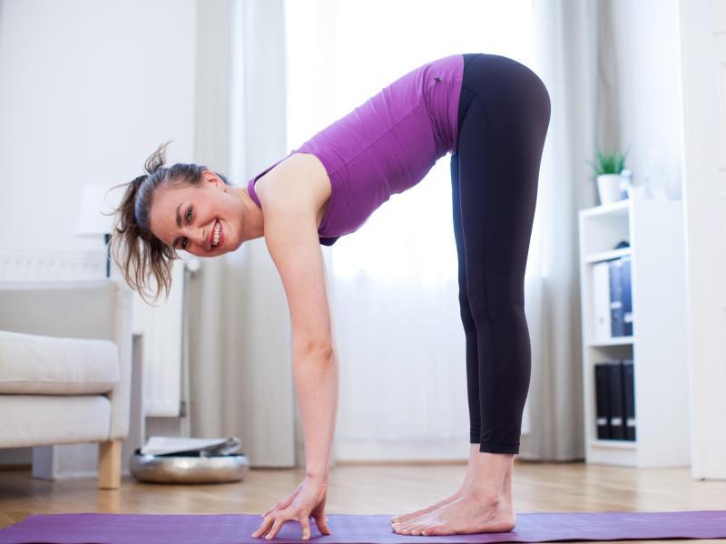 Mit dieser klassischen Übung lässt sich die Beweglichkeit prüfen. Kommt man mit den Armen auf den Boden: sehr gut. Wer mit den Fingern nur bis an die Knie reichen kann, sollte etwas tun. Foto: Christin Klose/dpa-tmn