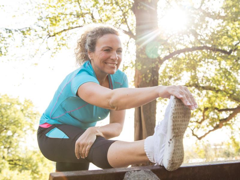 Vor der Joggingrunde halten Experten das Dehnen für verzichtbar - nach dem Laufen leitet es aber die Regeneration ein. Foto: Christin Klose/dpa-tmn