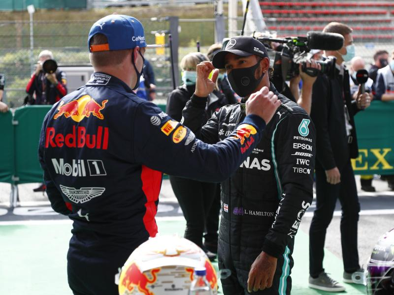 Lewis Hamilton (r) im Gespräch mit Max Verstappen. Foto: Francois Lenoir/POOL REUTERS/AP/dpa