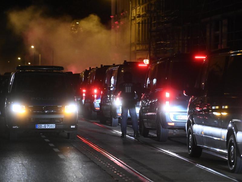 Erneut war die Polizei mit zahlreichen Kräften vor Ort. Foto: Hendrik Schmidt/dpa-Zentralbild/dpa