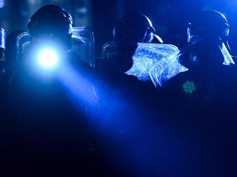 Polizeibeamte sichern nach der Auflösung der Demonstration eine Straße in Leipzig-Connewitz. Foto: Hendrik Schmidt/dpa-Zentralbild/dpa