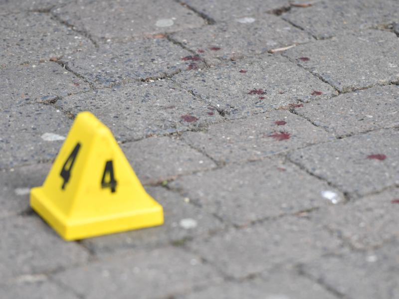 Nach der Messerattacke werden Blutspuren auf dem Boden markiert. Foto: Jacob King/PA Wire/dpa