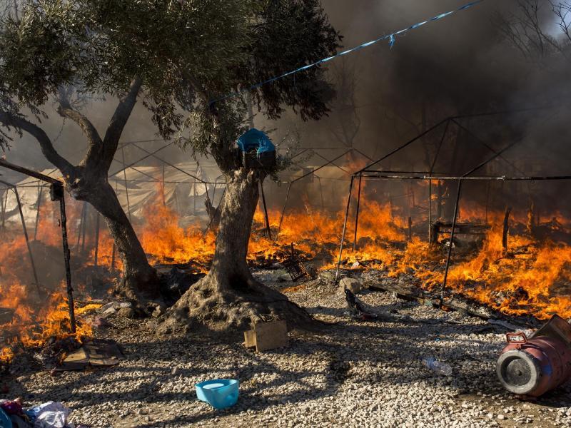 Mehr als 24 Stunden nach Ausbruch der Feuer gab es immer noch keine offiziellen Angaben, wie viele Menschen obdachlos wurden. Zuletzt hielten sich in Moria und unmittelbarer Umgebung etwa 12.500 Migranten auf. Foto: Socrates Baltagiannis/dpa