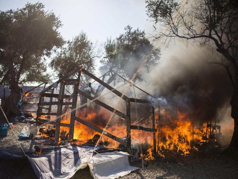 Im bereits ausgebrannten Flüchtlingslager Moria stehen Zelte in Flammen. Mehrere Brände haben das Lager fast vollständig zerstört. Foto: Socrates Baltagiannis/dpa