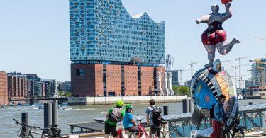 In der Hamburger Elbphilharmonie wird die Auslosung für die EM 2024 stattfinden. Foto: Markus Scholz/dpa