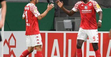 Der Mainzer Torschütze Jean-Philippe Mateta (r) feiert mit Levin Öztunali den Treffer zum 1:1-Ausgleich gegen den TSV Havelse. Foto: Arne Dedert/dpa