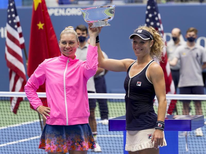 Werden auch bei den French Open im Doppel antreten: Laura Siegemund (r) und Vera Swonarewa feiern den Sieg in New York. Foto: Frank Franklin/AP/dpa
