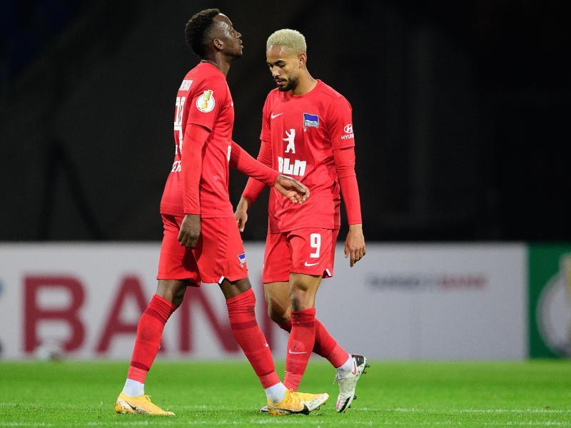 Berlins Dodi Lukébakio (l) und Matheus Cunha sind gegen den Zweitligisten Eintracht Braunschweig rausgeflogen. Foto: Swen Pförtner/dpa