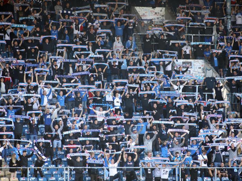 7500 Fußballfans sahen im Rostocker Ostseestadion die Partie zwischen der Hansa und dem VfB Stuttgart. Foto: Danny Gohlke/dpa