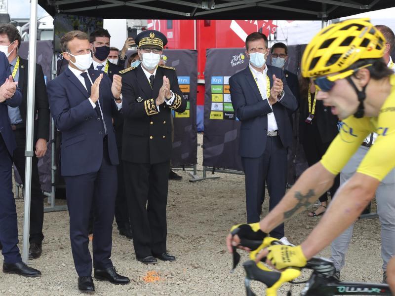 Auch der französische Präsident Emmanuel Macron (l) war in Méribel vor Ort. Foto: Thibault Camus/AP/dpa