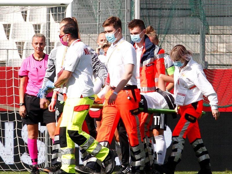 Nationalspielerin Giulia Gwinn wird verletzt vom Platz getragen und ins Krankenhaus gebracht. Foto: Roland Weihrauch/dpa