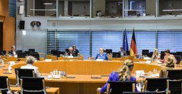 Kanzlerin Angela Merkel (M) hat geladen, um über die Lage an den Schulen in Zeiten von Corona zu beraten. Foto: Jesco Denzel/BPA/dpa