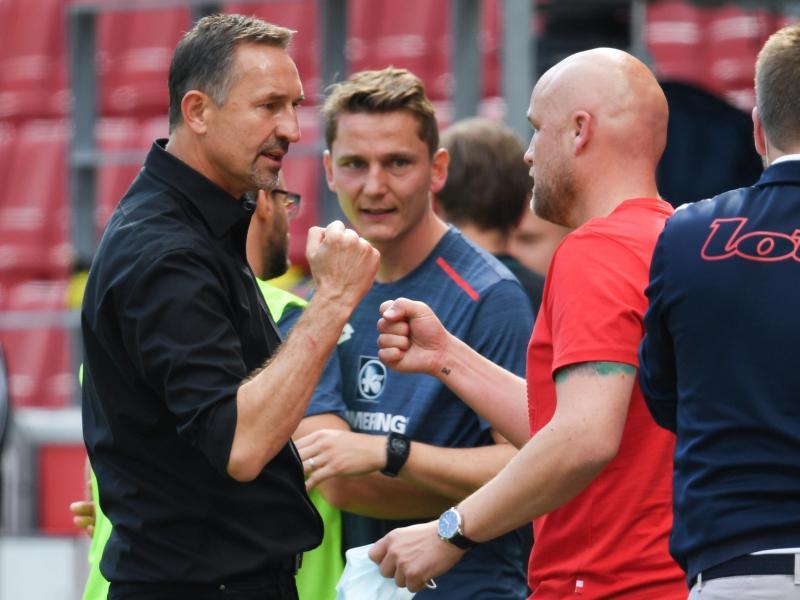 Der Mainzer Sportvorstand Rouven Schröder (r) im Gespräch mit FSV-Cheftrainer Achim Beierlorzer. Foto: Arne Dedert/dpa