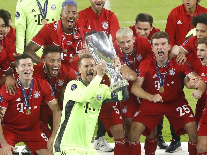 Bayerns Torhüter Manuel Neuer reckt die Trophäe des UEFA-Supercups in den Budapester Abendhimmel. Foto: Laszlo Balogh/AP Pool/dpa