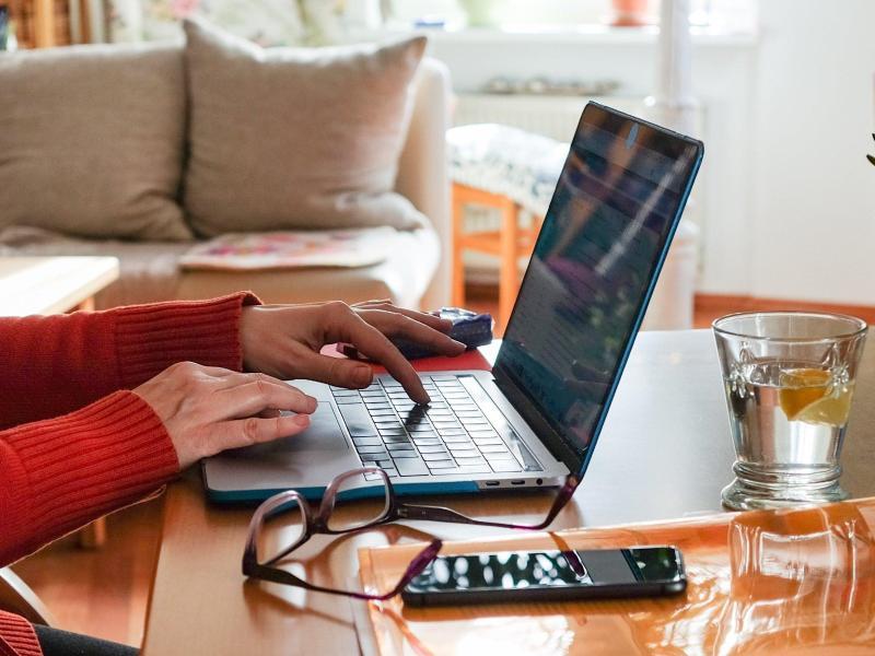 Ein Frau arbeitet im Homeoffice. Arbeitnehmer sollen nach dem Willen von Arbeitsminister Heil künftig einen Rechtsanspruch auf mindestens 24 Tage Homeoffice im Jahr haben. Foto: Jens Kalaene/dpa-Zentralbild/dpa