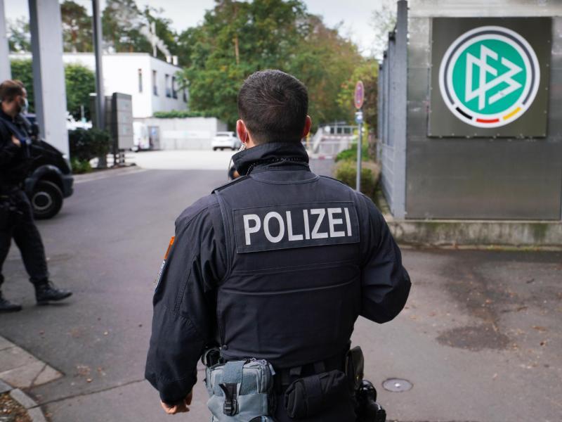 Ein Polizist steht vor der DFB-Zentrale in Frankfurt/Main. Wegen des Verdachts der Steuerhinterziehung wurden die Geschäftsräume des DFB durchsucht. Foto: Frank Rumpenhorst/dpa