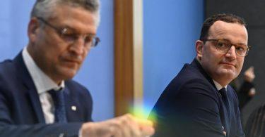 Bundesgesundheitsminister Jens Spahn zusammen mit RKI-Leiter Lothar Wieler. Spahn mahnt insbesondere die Jungen, sich nicht für unverletzlich zu halten. Foto: Tobias Schwarz/AFP Pool/dpa