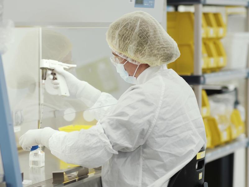 Arbeit in einem Labor von Moderna. Die EU-Kommission hat einen Rahmenvertrag über bis zu 160 Millionen Impfstoff-Dosen mit dem US-Pharmakonzern ausgehandelt. Foto: Moderna/PA Media/dpa
