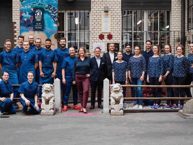 Das Team vom 'Restaurant Tim Raue' bietet während des Lockdowns den Lieferservice 'Fuh Kin Great' an. Foto: Nils Hasenau/Restaurant Tim Raue/dpa-tmn