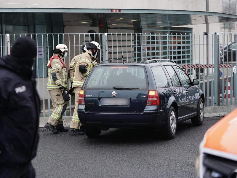 Ein Auto steht vor dem Tor des Bundeskanzleramts. Auf den Türen des Fahrzeugs stehen Beschimpfungen und politische Forderungen. Foto: Michael Kappeler/dpa