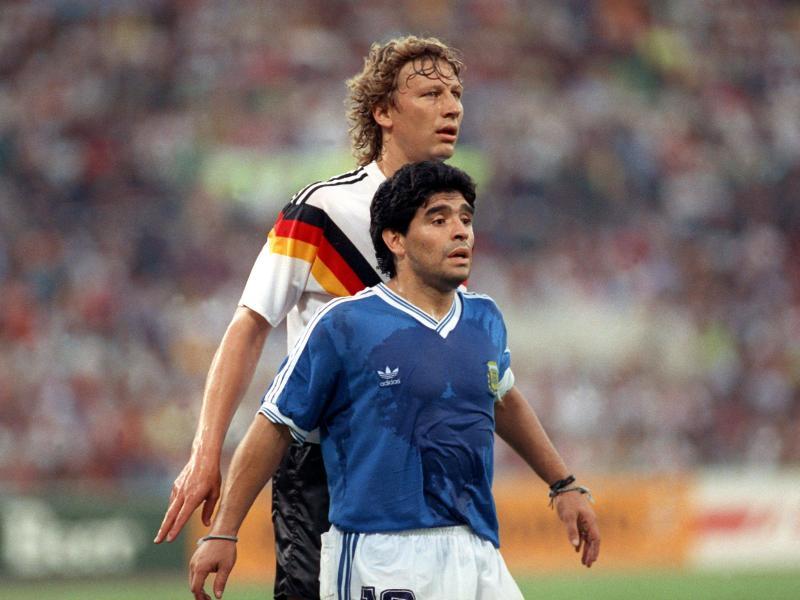 In der Neuauflage des Endspiels von 1986 musste sich Maradona 1990 in Rom dem DFB-Team mit Gegenspieler Guido Buchwald geschlagen geben. Foto: picture alliance / dpa