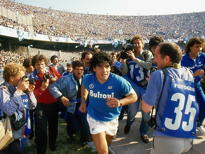 1987 und 1990 führt Maradona den SSC Neapel zu den bis heute einzigen Meisterschaften der Vereinsgeschichte. Foto: Alfredo Capozzi/DCM/dpa