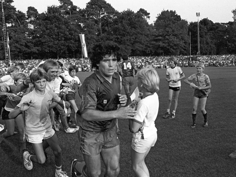 Am 4. August 1982 gab Maradona beim Testspiel beim SV Meppen sein Debüt im Trikot vom FC Barcelona. Foto: picture alliance / dpa