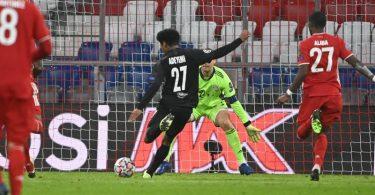 An Münchens Torwart Manuel Neuer ist kaum ein Vorbeikommen. Das muss auch Salzburgs Karim Adeyemi anerkennen. Foto: Sven Hoppe/dpa