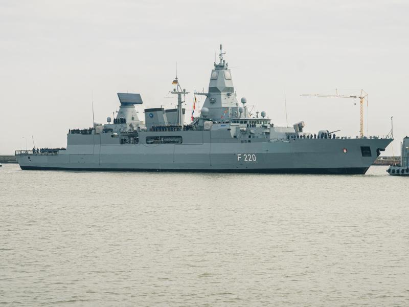 Die Fregatte 'Hamburg' kontrollierte ein türkisches Schiff, welches im Verdacht steht, illegale Waffenlieferungen zu transportieren. Foto: Mohssen Assanimoghaddam/dpa