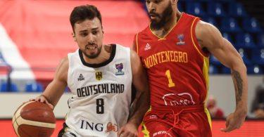 Deutschlands Ismet Akpinar (l) im Duell mit Justin Cobbs aus Montenegro. Foto: Gaizka Iroz/AFP/dpa