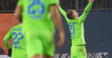 Wolfsburgs Bartosz Bialek jubelt nach seinem Tor zum 5:3. Seine Teamkollegen rennen zu ihm. Foto: Swen Pförtner/dpa