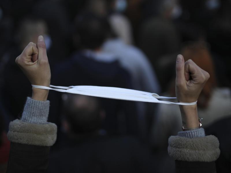 Keine Handschellen am Handgelenk:Die strengen Corona-Regeln in Frankreich werden wieder etwas gelockert. Foto: Daniel Cole/AP/dpa