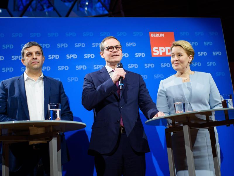 Raed Saleh (l) und Franziska Giffey (r) lösen Michael Müller (M) an der Spitze der Berliner SPD ab. Foto: Gregor Fischer/dpa