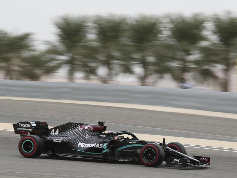 Lewis Hamilton holte sich in Bahrain die 98. Pole Position seiner Karriere. Foto: Kamran Jebreili/Pool AP/dpa