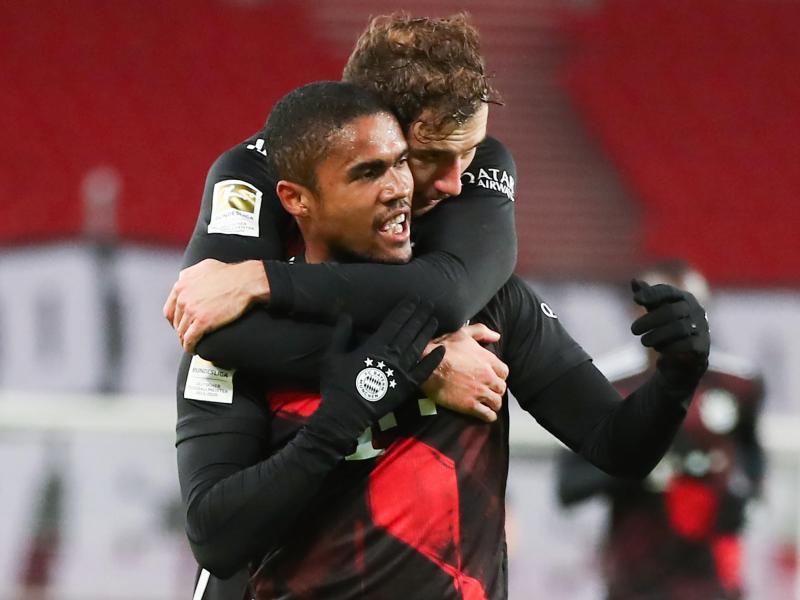 Douglas Costa freut sich über sein Tor zum 3:1. Die Bayern gewannen trotz Rückstands noch souverän beim VfB Stuttgart. Foto: Tom Weller/dpa