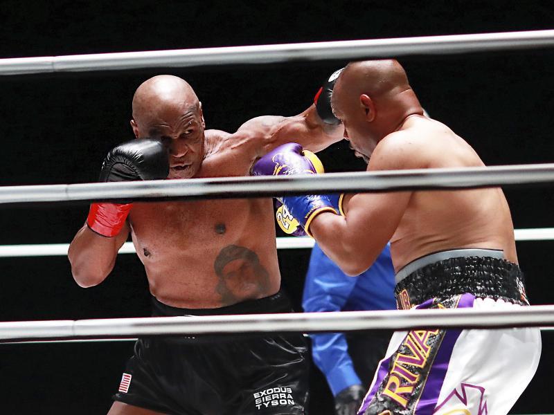 Mike Tyson (l) im Duell mit Roy Jones Jr.. Foto: Joe Scarnici/Triller/AP/dpa