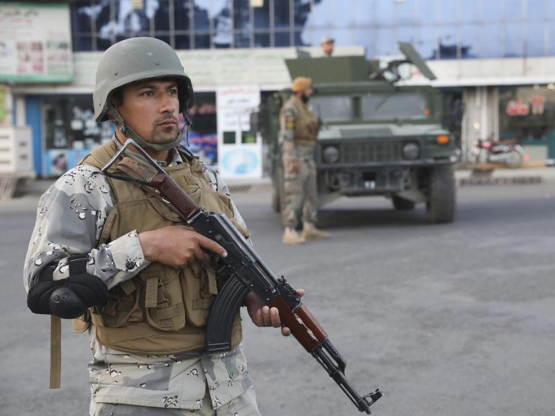 Das Archivfoto zeigt einen afghanischen Soldaten in Kabul. Foto: Ebrahim Noroozi/AP/dpa