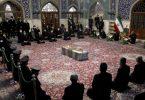 Menschen beten am Sarg des ermordeten iranischen Atomphysikers Mohsen Fachrisadeh. Foto: --/Iranian Defense Ministry/AP/dpa