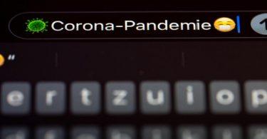 """""""Corona-Pandemie"""" steht auf dem Display eines Mobiltelefons. Die Gesellschaft für deutsche Sprache hat den Begriff als """"Wort des Jahres"""" 2020 gekürt. Foto: Frank Rumpenhorst/dpa"""