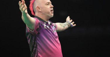 Der Schotte Peter Wright ist bei der Darts-WM Titelverteidiger. Foto: Jörg Carstensen/dpa