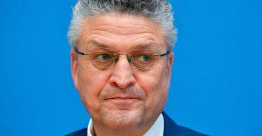 RKI-Präsident Lothar Wieler sieht die Gefahr, dass sich die Corona-Lage weiter verschlimmert. Foto: Tobias Schwarz/AFP/Pool/dpa