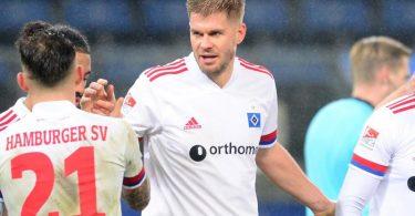 Torjäger Simon Terodde war erneut der Garant zum HSV-Sieg gegen Sandhausen. Foto: Daniel Bockwoldt/dpa