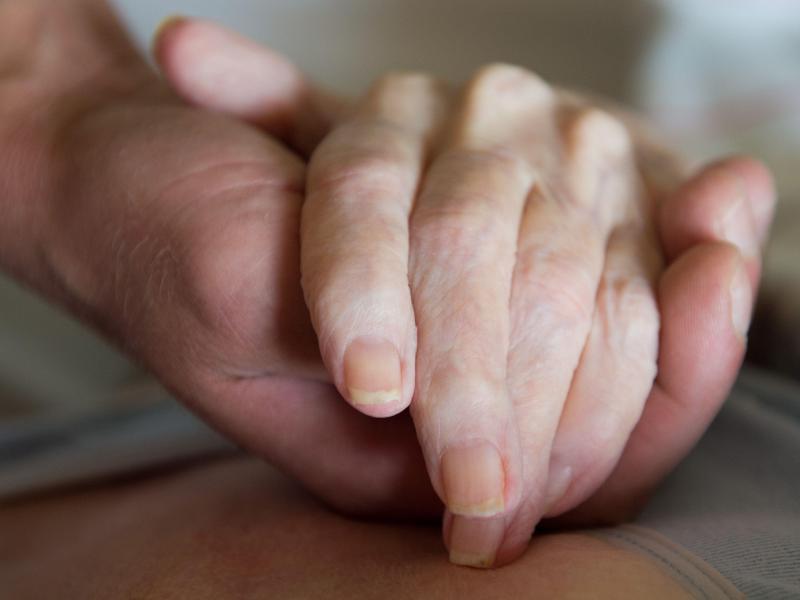 In Österreich wird Sterbehilfe nach einem höchstrichterlichen Urteil erlaubt. Foto: Sebastian Kahnert/dpa-Zentralbild/dpa