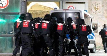 Zahlreiche Polizisten beim Betreten der Justizvollzugsanstalt. Foto: Steffen Ittig/NEWS5/dpa