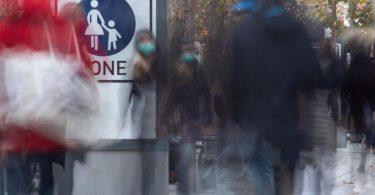 Passanten in der Innenstadt von Stuttgart. Foto: Sebastian Gollnow/dpa