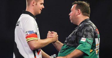 Max Hopp (l) gewann bei der Darts-WM sein Auftaktmatch gegen Gordon Mathers aus Australien. Foto: Kieran Cleeves/PA Wire/dpa