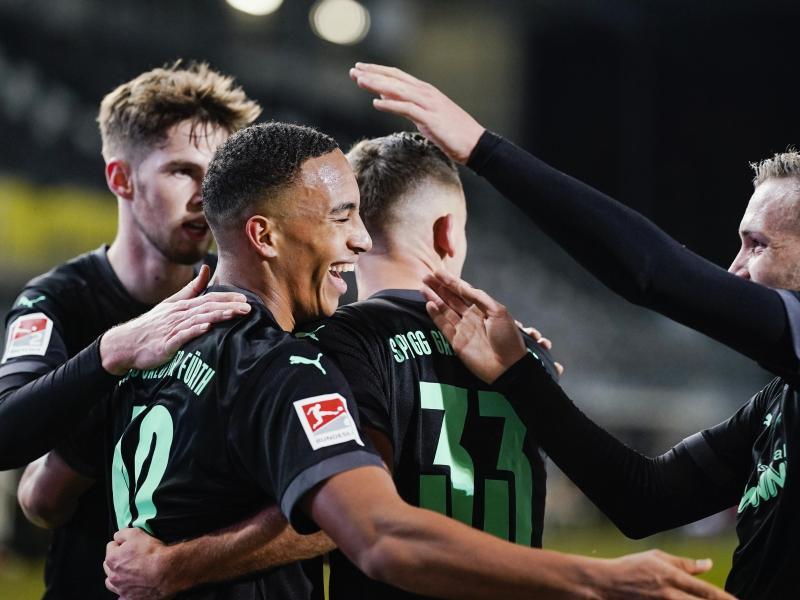 Die SpVgg Greuther Fürth übernimmt zumindest bis Samstag Platz eins in der 2. Liga. Foto: Uwe Anspach/dpa