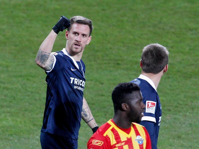 Simon Zoller (l) sorgte beim Bochumer Heimsieg gegen Paderborn für den Endstand. Foto: Roland Weihrauch/dpa